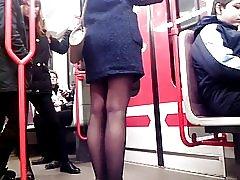 Gambe sexy nelle gambe sexy 4 della metropolitana in sotterraneo 4
