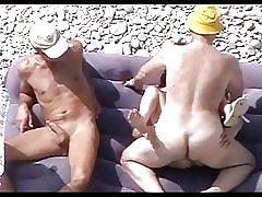 Cagna matura sulla spiaggia